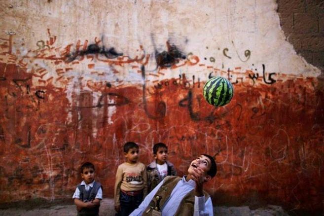 Un ragazzo yemenita gioca in un vicolo della città vecchia di Sanaa, Yemen.