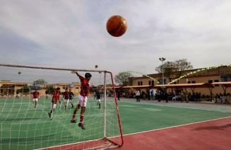 Soldati pakistani disabili giocano una partita di calcio durante una competizione sportiva, a Rawalpindi, Pakistan