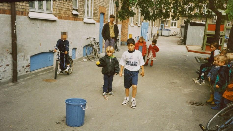 Jakob al centro con la maglietta bianca. Amir è il bambino sulla bicicletta. Il viso è pixelato per non rivelare l'identità. Foto di Jakob Sheikh.