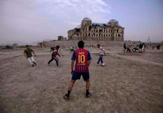 Una partita dinanzi al palazzo di Darul Aman, distrutto durante la guerra civile a Kabul, in Afghanistan