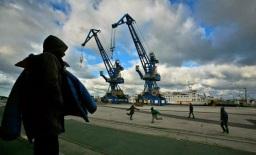 Immigrati clandestini africani giocano nello scalo dei traghetti di Calais, nel nord della Francia