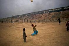 Bambini pakistani giocano in un campo a Rawalpindi, in Pakistan