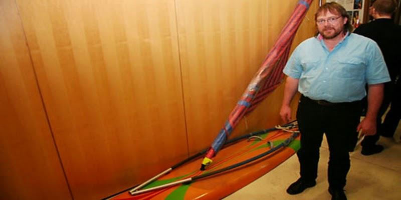 Karsten Kluender e il surf con cui ha raggiunto la Danimarca