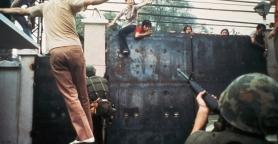 Civili provano ad entrare nell'ambasciata americana