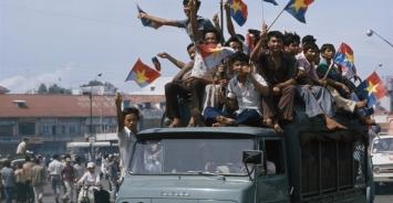 Festeggiamenti della liberazione di Saigon con bandiere dei Viet Cong