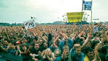 Enthusiastic masses at the Bruce-Springsteen-concert in Berlin-Weissensee in 1988